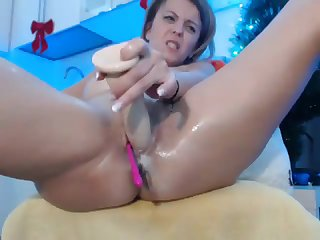 Horny camgirl gets very wet while fucking herself linger