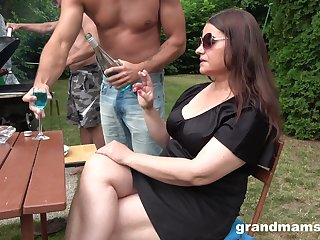 Chubby slut in sunglasses is brutally fucked apart from two dudes during picnic